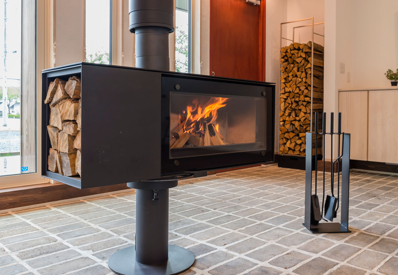 R+house藤枝(西遠建設)【自然素材、建築家、平屋】大きなガラス面から炎を楽しめるドイツ・スキャンサームの薪ストーブ。360度回転できるので、くつろぐ場所にあわせて角度を調節できる優れもの。使わない季節も、インテリアとして空間を引き締める