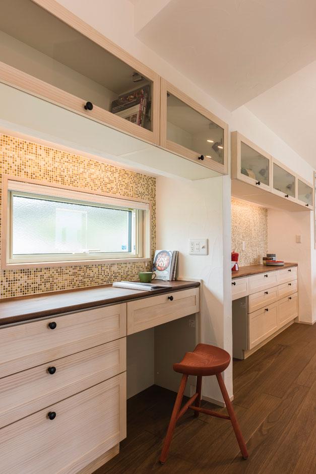 R+house藤枝(西遠建設)【自然素材、建築家、平屋】寝室の壁は、一面だけコルクチップ入りの壁紙をチョイス。アースカラーが落ち着いた雰囲気をつくる
