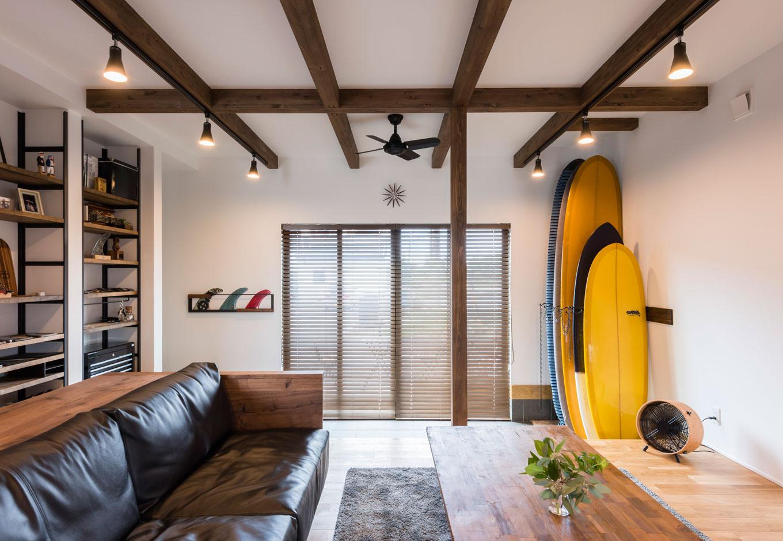 R+house 浜松中央(西遠建設)【趣味、建築家、インテリア】イメージしたのは「サーフショップ兼カフェ」。ウッドとアイアンをベースにした内装に、革張りのソファがくつろげる雰囲気。サーフボードもインテリアの一部に溶け込んでいる