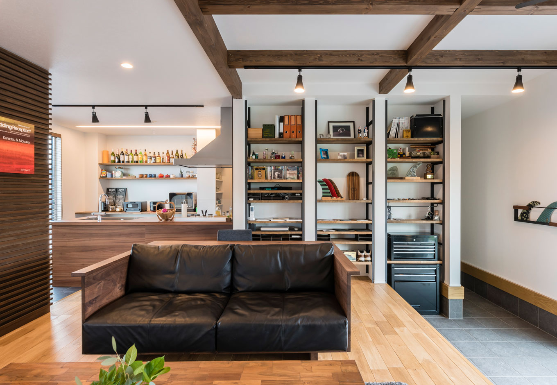 R+house 浜松中央(西遠建設)【趣味、建築家、インテリア】左奥が対面キッチン。ご主人の発案で、壁の一部を木製ルーバーに。しまっていた結婚式のウェルカムボードを飾るのにぴったり