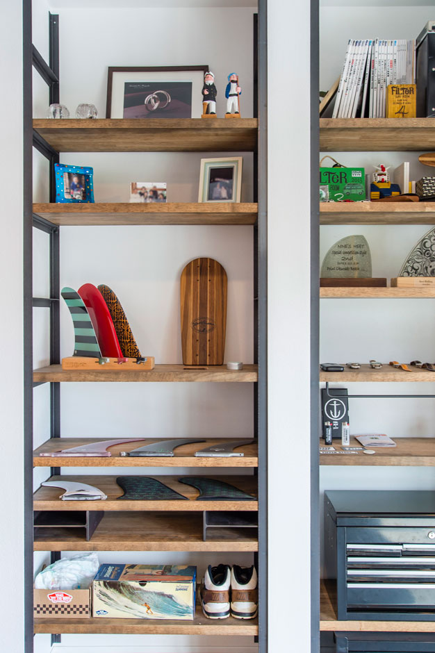 R+house 浜松中央(西遠建設)【趣味、建築家、インテリア】アイアンで枠を組んだ棚は、Sさんがインテリアショップに直接発注した