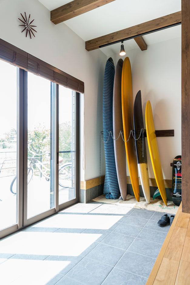 R+house 浜松中央(西遠建設)【趣味、建築家、インテリア】サーフボードを縦置きするために、土間をつくって天井の高さを確保した