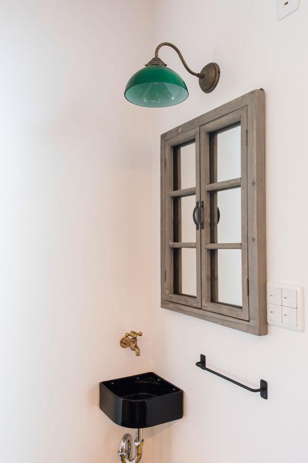 行きつけの家具ショップでミラーや照明器具をコーディネートした手洗いコーナー
