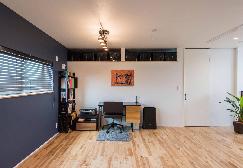 一角にデスクを置いてワークスペースに。正面壁の上部は、洗面・脱衣室と一体になったウォークインクロゼットの換気口になっている