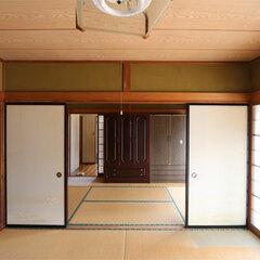 和室の続き間に縁側が続く昭和の間取り。1階の南側はほとんど窓で、耐震強度が脆弱だった。日当たりも良く特等席であるこの部屋は、日頃ほとんど使われていなかった。