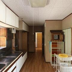 北側に壁付けされていたキッチンは暗くて寒かった。風呂場の床下は腐食が進んでいたため基礎から作り直すことに。
