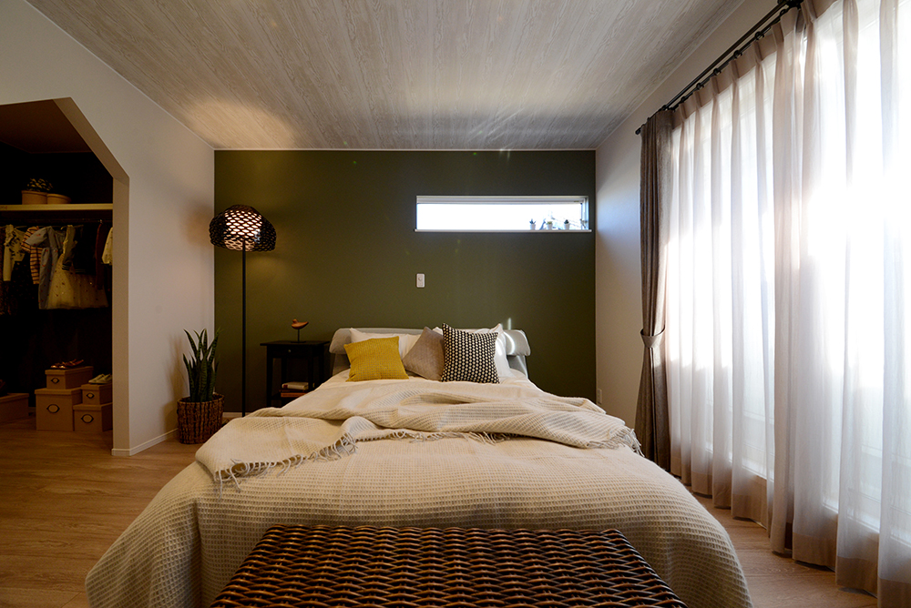 静鉄ホームズ【コアハウス】【焼津市三ケ名877-3・モデルハウス】8帖の主寝室。壁一面と天井の壁紙を変えて、北欧のベッドルームを再現。デザイン開口を採用したウォークインクローゼットも併設。