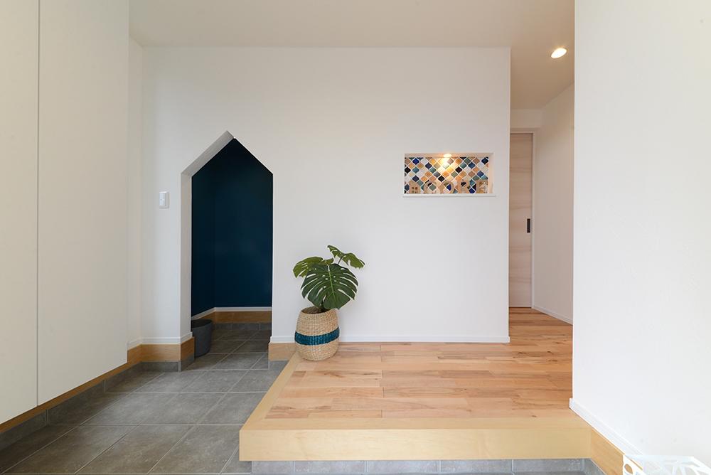 静鉄ホームズ【コアハウス】【焼津市三ケ名877-3・モデルハウス】モロッカンタイルを施したニッチがアクセントの玄関ホール。可愛らしい入口の土間収納は階段下を有効活用。玄関からベビーカーなどもスムーズに出し入れすることができる。
