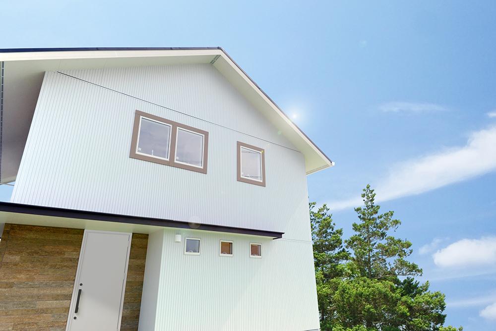 静鉄ホームズ【コアハウス】【焼津市三ケ名877-3・モデルハウス】窓廻りの木目調のモールがアクセントとなっている白を基調とした外観。水平ラインがスタイリッシュさをプラスしている玄関庇は、オプションとして採用可能だ。