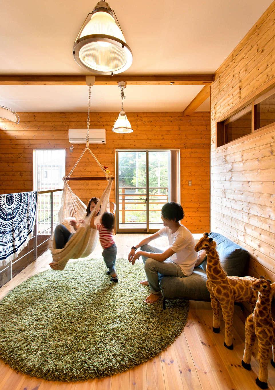 BESS浜松【子育て、趣味、インテリア】2階は寝室、2つの子ども室に加え、階段ホールを生かしたフリースペースを作成。ハンモックに揺られて団欒するなど、家族の憩いの場として活用している。写真右奥には収納スペースも設計し、暮らし心地は抜群