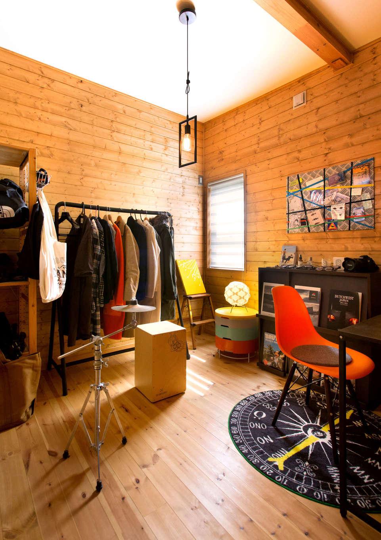 BESS浜松【子育て、趣味、インテリア】子ども室のうち、一室は今だけご主人の趣味スペースに。ドラムやカメラ、服など、好きなものを見栄え良くディスプレイ