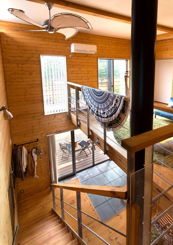 BESS浜松【子育て、趣味、インテリア】標準仕様の木製階段を、亜鉛メッキ製に変更し、2階のフリースペースまで手すりを延長した。この吹き抜けを通して、光、風、温もりが家中を行き交う。特に真冬は、薪ストーブの熱が行き渡り、2階の隅々までポカポカに