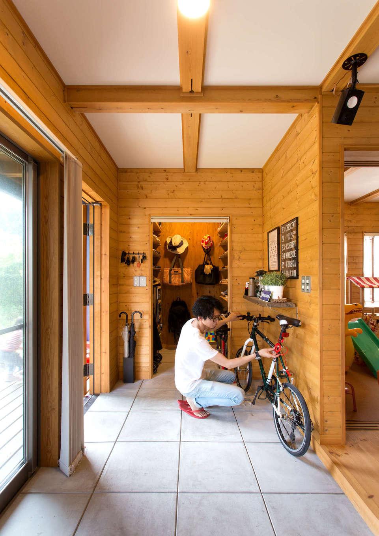 BESS浜松【子育て、趣味、インテリア】土間スペースは玄関と玄関収納も兼ねる。雨の日はここで自転車を手入れするなど、様々な過ごし方できるのが魅力だ