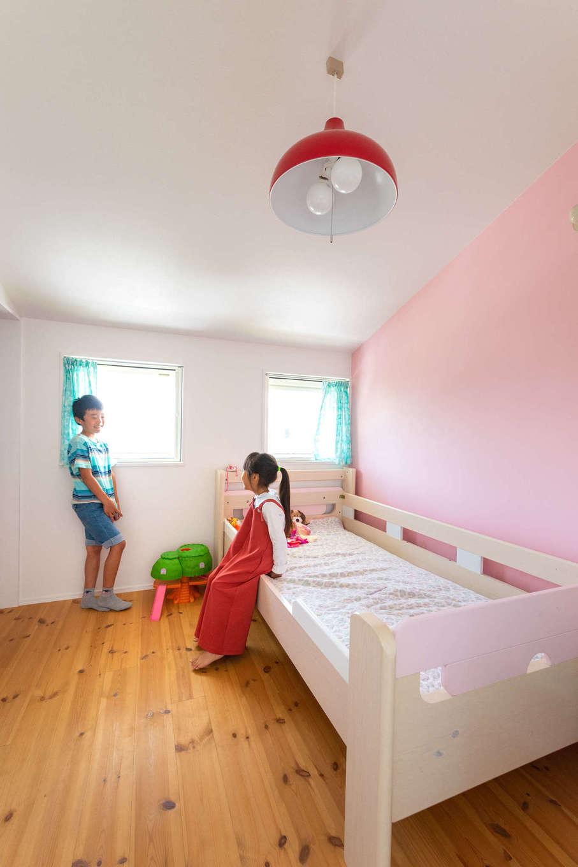Select工房【デザイン住宅、趣味、インテリア】1階の天井を高くした分、2階はコンパクトな設計に。2室ある子ども部屋は勾配天井とポップな壁色がかわいらしい