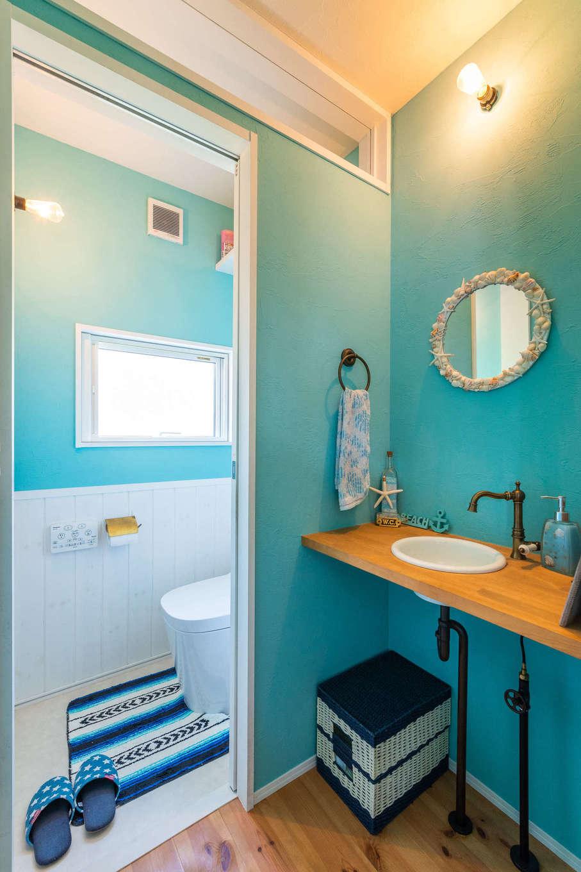 Select工房【デザイン住宅、趣味、インテリア】洗面やトイレにはブルーの塗り壁を採用。貝殻付きの丸い鏡は奥さまの手作りで、造作した洗面台との相性もぴったり