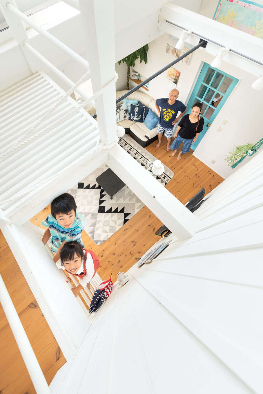 Select工房【デザイン住宅、趣味、インテリア】リビングからは、階段のほかにハシゴを使って2階へ移動できる。「子どもはいつもこれで登っています。お友達が来ると、みんな大はしゃぎ」とご主人