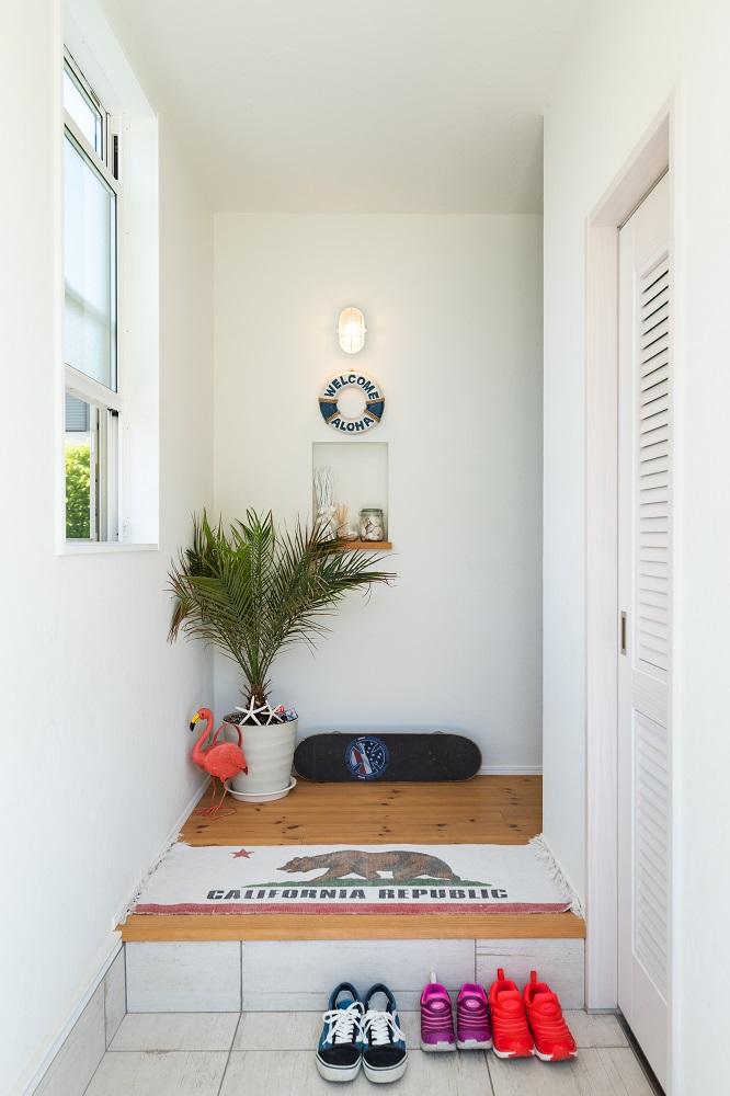 Select工房【デザイン住宅、趣味、インテリア】玄関ホールはコンパクトにまとめ、右手ドア奥に玄関収納を設計。グリーンや雑貨の配置にセンスが光る
