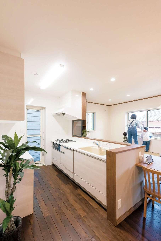 サラサホーム沼津(靖和工務店)【デザイン住宅、輸入住宅、間取り】システムキッチンはカウンターに組み込んですっきりと