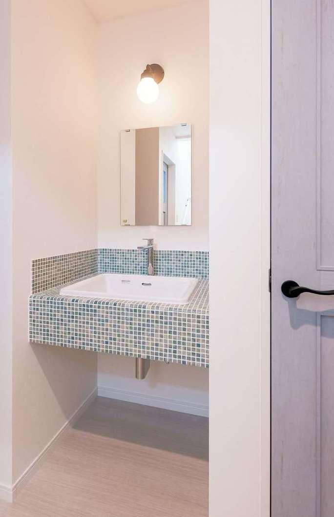 サラサホーム沼津(靖和工務店)【デザイン住宅、輸入住宅、間取り】2階の手洗いは、爽やかなブルーのモザイクタイルで設えた