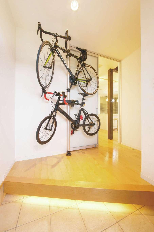 原田工務店【デザイン住宅、自然素材、省エネ】玄関ホールにディスプレイした夫婦の自転車。天井まで届くハイドア、Rの出隅を採用し、空間を広く見せる