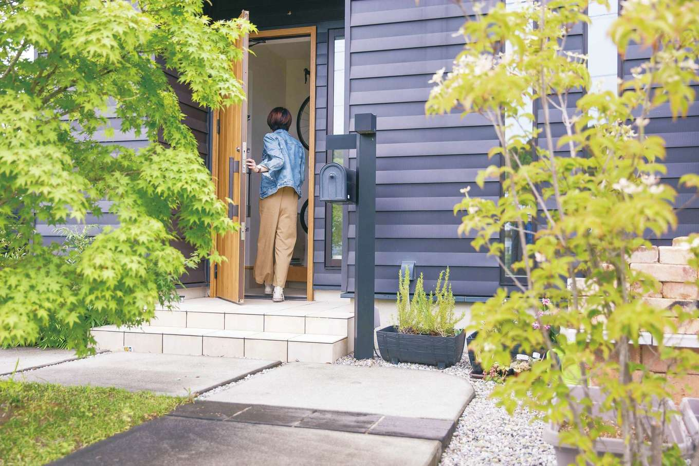 原田工務店【デザイン住宅、自然素材、省エネ】アプローチの植栽が外壁の黒と上手く調和している