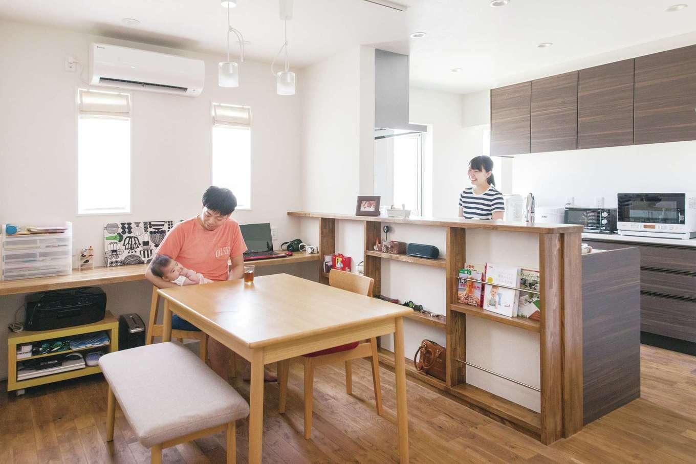 原田工務店【デザイン住宅、自然素材、平屋】ダイニングやキッチン背面のカウンターは造作にして、使い勝手のいい収納とワークスペースに。来客の目の届きにくいキッチンの奥には、収納力抜群のパントリーも