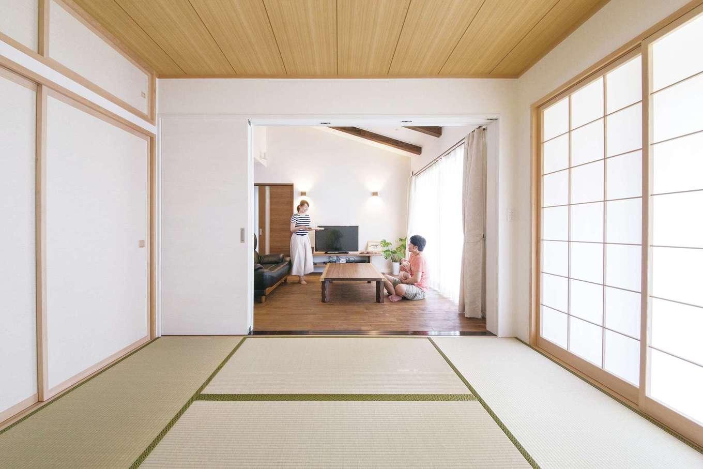 原田工務店【デザイン住宅、自然素材、平屋】リビングとつながるシンプルな和室。押入上部には、奥さまの希望で天袋を設けた。板張り天井と障子が本格派の風格をもたらす