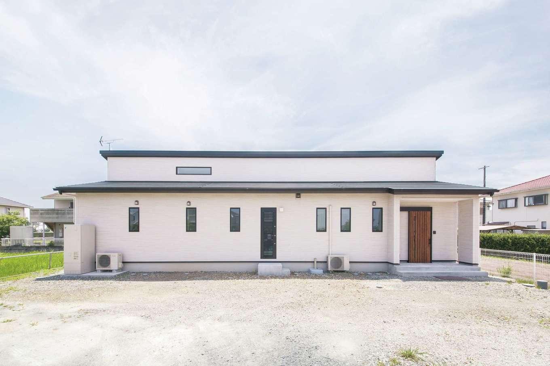 原田工務店【デザイン住宅、自然素材、平屋】ゆったりと暮らせる平屋建て。白とウォールナット色を基調にしたコーディネートは、外観にも採用