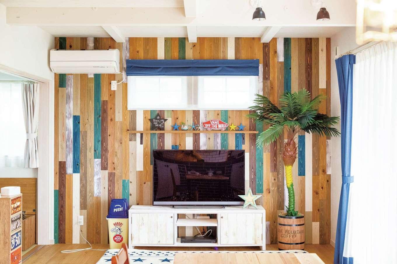 富士ホームズデザイン【1000万円台】テレビ背後のアクセントウォールは1枚1枚手塗りした板を張ったもの。どう張るかも大工さん任せにするのではなく、上総さんが指示している