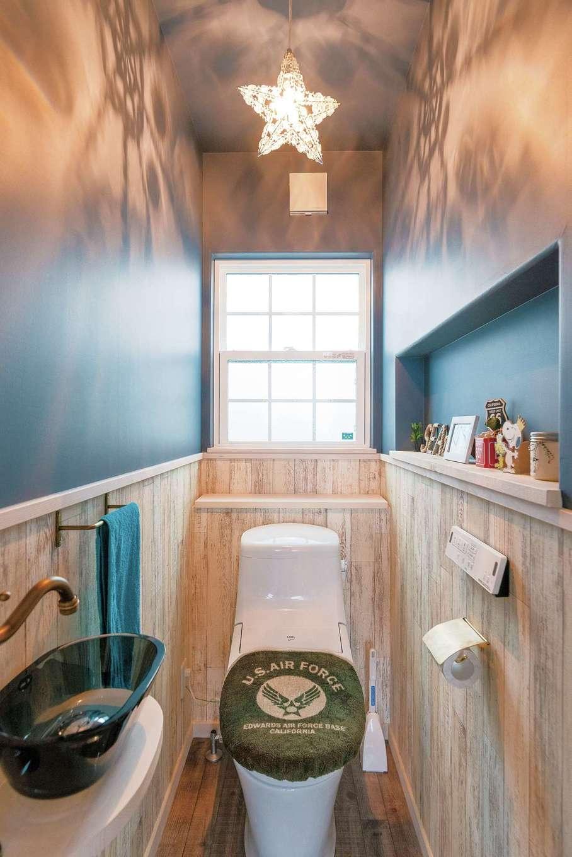 富士ホームズデザイン【1000万円台】シックに仕上げた2階のトイレ。ニッチや手洗いなど細部まで要望が叶った