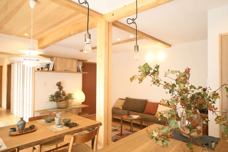 エコフィールド【二世帯住宅、自然素材、インテリア】造りつけのキッチンにも木材をふんだんに使用。柔らかな桧の香りに包まれて心地よく過ごせる空間に