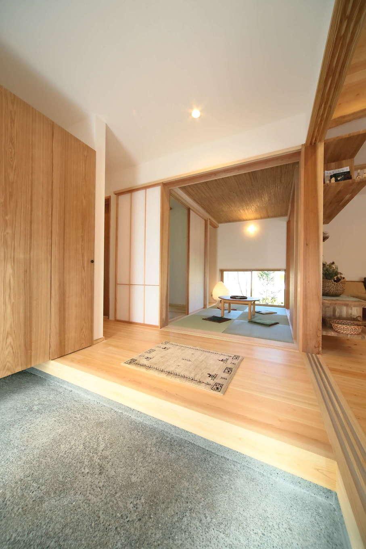 エコフィールド【二世帯住宅、自然素材、インテリア】ゆったりと開放感のある土間玄関。玄関収納もたっぷりと用意