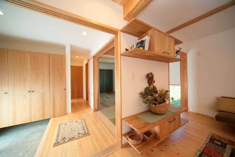 エコフィールド【二世帯住宅、自然素材、インテリア】玄関からは各部屋へアクセスが可能。家族みんなが暮らしやすいように仕上げた