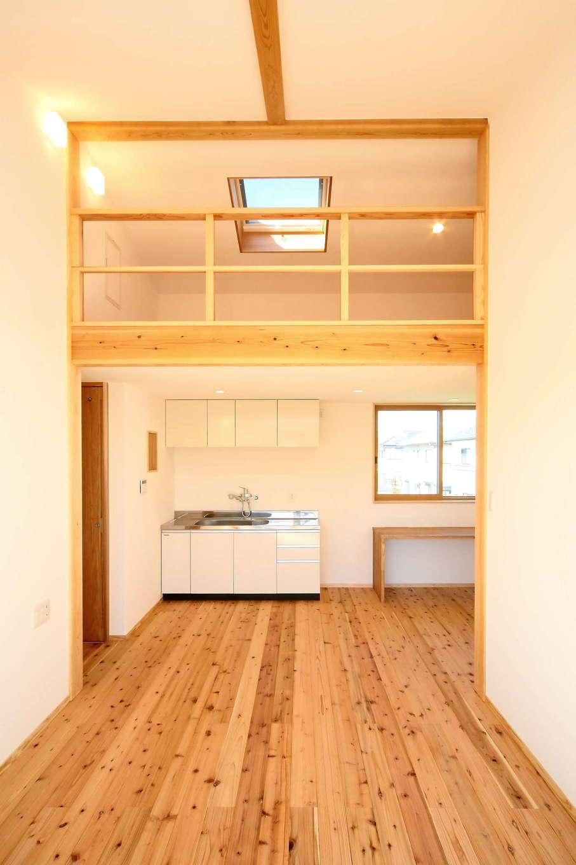 エコフィールド【二世帯住宅、自然素材、インテリア】2階の子世帯のLDKには、ちょっとした炊事が可能なミニキッチンを設置。上部はロフトに