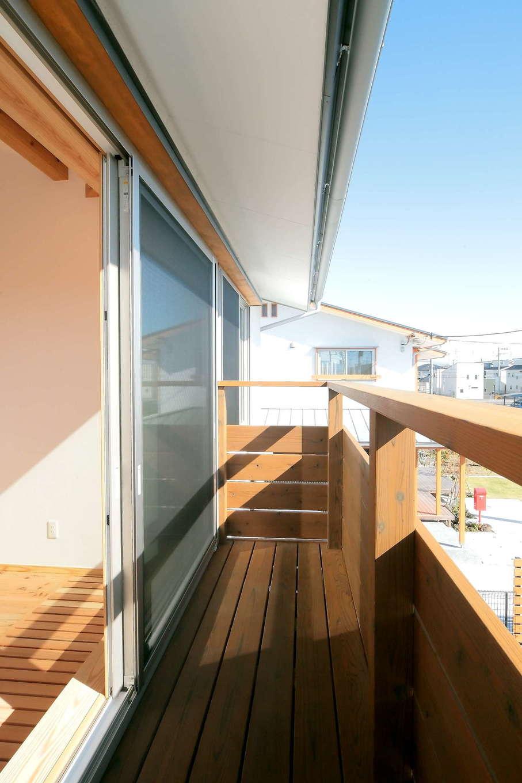 エコフィールド【二世帯住宅、自然素材、インテリア】大きくとった窓に、強い日差しを防ぐ深い軒を組み合わせることで、室内は明るく過ごしやすい空間に