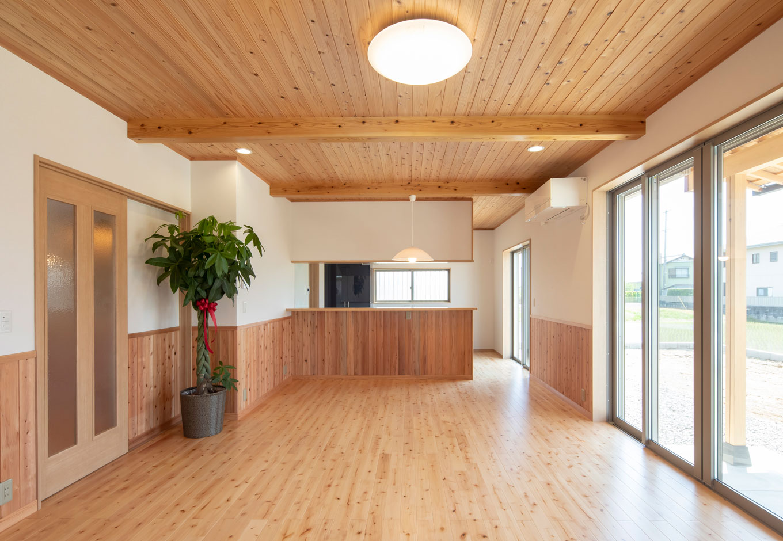 友和建設【収納力、自然素材、間取り】スギ材の腰壁と天井が印象的なLDKは、24畳の大空間。床はやさしい色合いのサクラ無垢材をチョイス。明るくナチュラルな空間に仕上がった