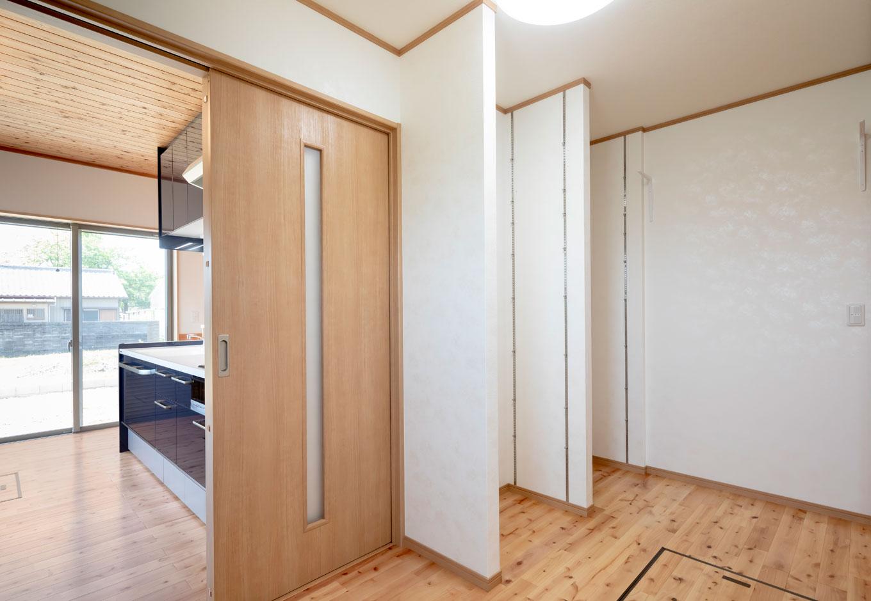 友和建設【収納力、自然素材、間取り】キッチンのすぐ脇には奥さまリクエストの4畳のパントリー。まとめ買いが多い共働き世帯にはうれしい大容量。玄関から直接入れて、キッチンへと通り抜けできる動線がポイント