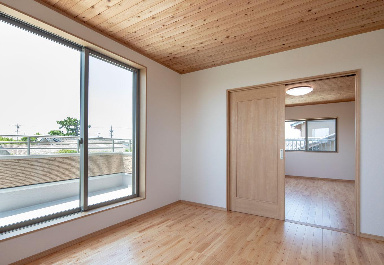 友和建設【収納力、自然素材、間取り】2階も天井はスギ、床はサクラの無垢材で統一。主寝室と子ども室の間は引き戸で間仕切り、子どもが小さいうちは続き間のように使うこともできて安心
