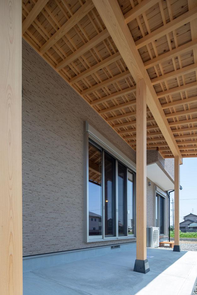 友和建設【収納力、自然素材、間取り】日本の気候風土にマッチした深いひさしは、地元天竜のヒノキやスギをふんだんに使って。ひさしを深くすることで、風雨や日光を遮り、建物の劣化を防ぐ役割もある