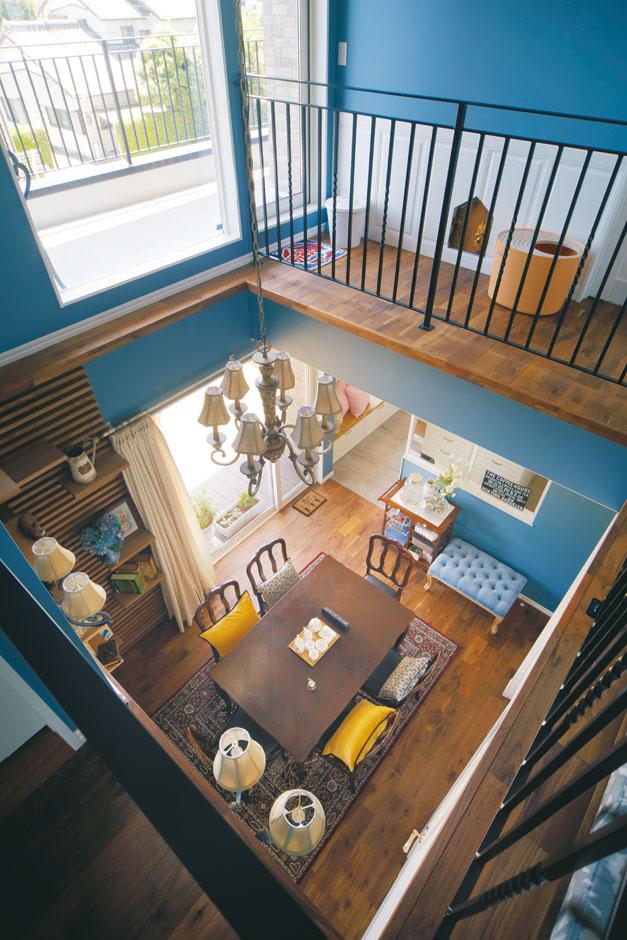 幹工務店【デザイン住宅、輸入住宅、インテリア】アンティークのダイニングテーブルを中心に配したダイニング。猫たちが上り下りできるように、壁面にステップ棚を設置