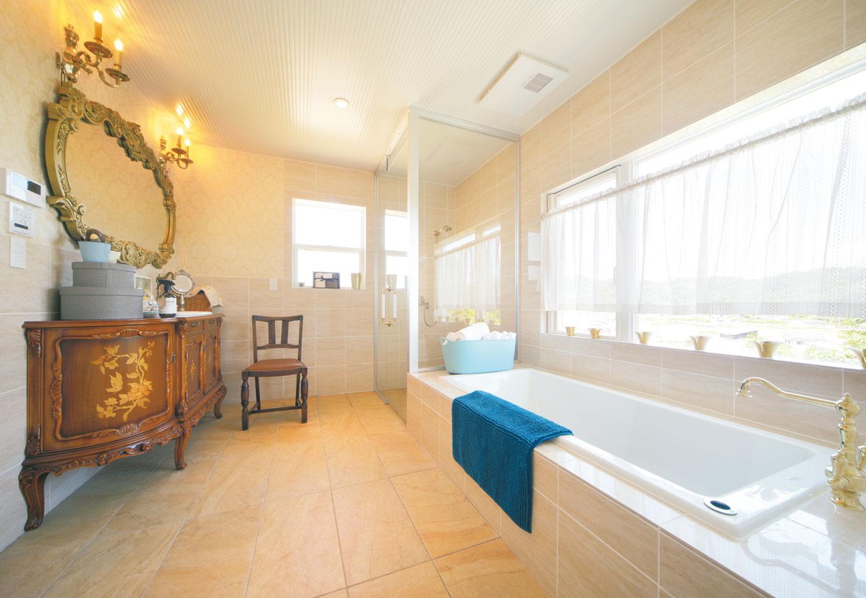 幹工務店【デザイン住宅、輸入住宅、インテリア】サーモタイルのフロアにバスタブとシャワールーム、洗面台を配した浴室。洗面台は象嵌入りのアンティーク家具に陶器のシンクをはめ込んで造ったもの。外の美観を眺めながらとっておきのバスタイムを楽しめる
