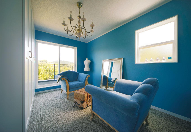 幹工務店【デザイン住宅、輸入住宅、インテリア】クローゼットはブライダルのドレッシングルームのような個室仕様。壁紙とソファをロイヤルブルーで統一。座ってゆっくり服を選んで試着できる贅沢な空間
