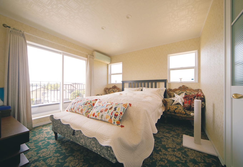 幹工務店【デザイン住宅、輸入住宅、インテリア】白い壁にカーペット敷きのエレガントな寝室。浴室とドアでつながっている