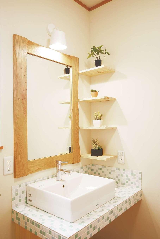 住まいるコーポレーション【和風、二世帯住宅、自然素材】白と水色のモザイクタイルでさわやかにコーディネートした造作の洗面スペース
