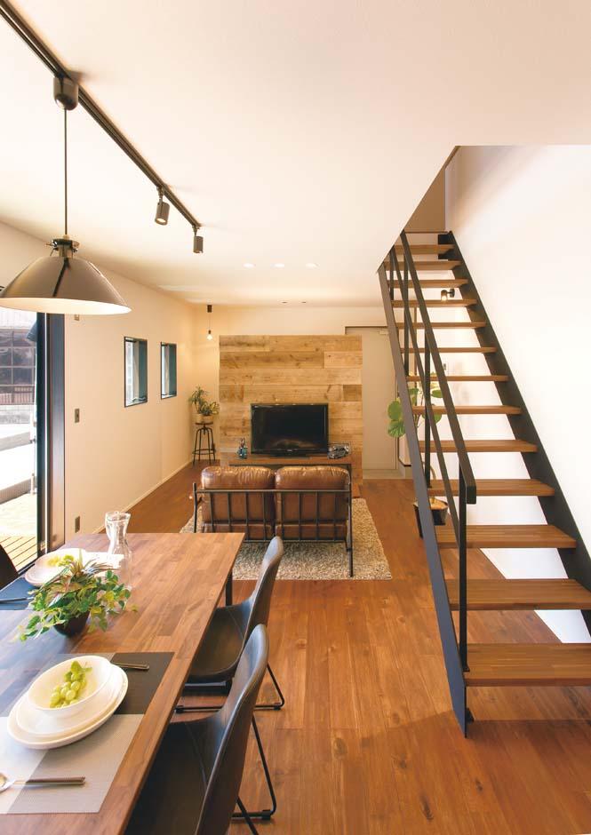 ワンズホーム【デザイン住宅、建築家、インテリア】玄関とLDKを仕切る壁はヴィンテージ感を演出する足場板をパネリング。中央に黒板をはめ込み、チョークで文字を書けばカフェさながらだ。裏側はテレビ台を置くのにぴったり!