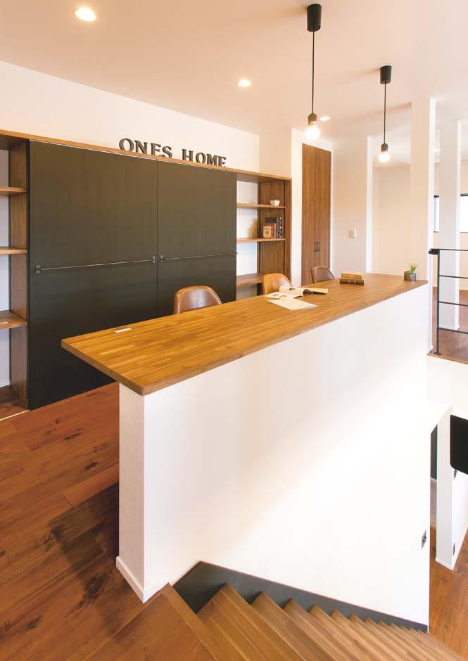 ワンズホーム【デザイン住宅、建築家、インテリア】2階ホールにはスタディカウンターを製作。収納棚の扉は黒板仕様!
