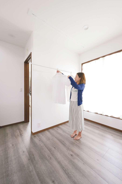 ほっと住まいる【子育て、自然素材、インテリア】2階に物干し専用スペースを用意。雨の日も大活躍!