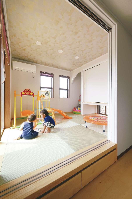 ほっと住まいる【子育て、自然素材、インテリア】和室はキッチンのすぐ横にあるので、料理をしながら子どもを見守れて安心