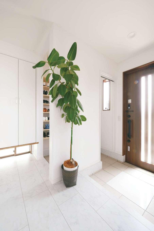 ほっと住まいる【子育て、自然素材、インテリア】真っ白な玄関ホール。土間中央の白いタイルは、ご主人のお父さまが嵌め込んだ記念の一枚だ