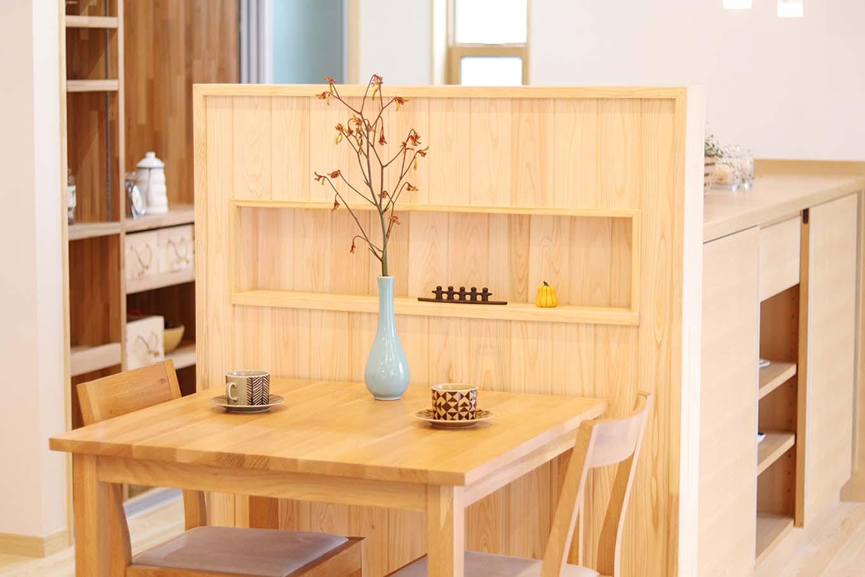 エコフィールド【自然素材、夫婦で暮らす、間取り】キッチンにも天然素材の造りつけ収納を造作。テーブル側には遊び心がくすぐられるニッチを用意